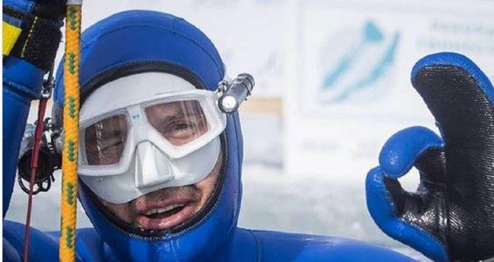 Rus serbest dalışçı Molçanov'dan Guiness Dünya Rekoru: Buz tutmuş Baykal Gölü'nde 80 metreye daldı